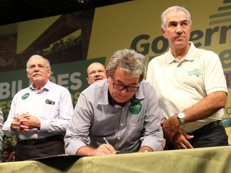Left or right prefieto jorge assinando no governo presente foto chico ribeiro